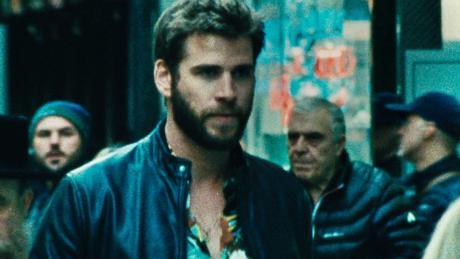 Moe Diamond (Liam Hemsworth), Geldwäscher für die Unterwelt, befindet sich auf der Flucht.