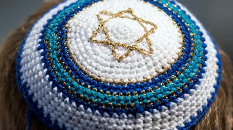 Nach zwei antisemitischen Vorfällen in München, sind viele Gemeindemitglieder verunsichert, ob sie ihre Kippa im Alltag noch tragen sollen, um nicht selbst angegriffen zu werden.