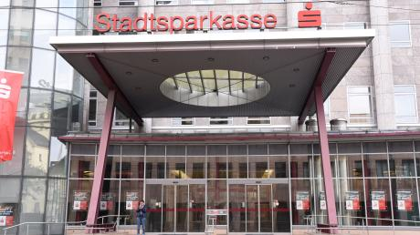 Auch die Stadtsparkasse Augsburg kündigt die Prämiensparverträge ihrer Kunden.
