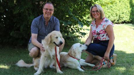 Walter Säckel und Claudia Hoffmann haben den Hündinnen Emmi und Lena ein neues Zuhause gegeben.