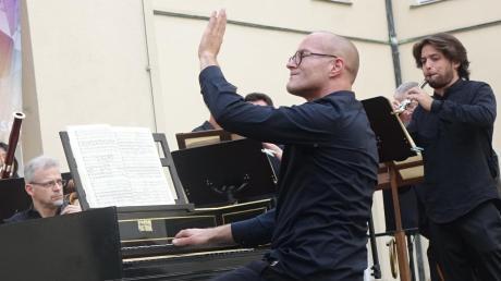Christian Weiherer (am Hammerklavier) leitete das Kammerorchester Concerto 99 im Innenhof des Roggenburger Klosters.