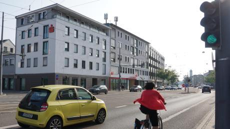 Das Hochzoller Bürgerbüro befindet sich neben der Sparkassen-Filiale in der Friedberger Straße. Parkplätze sind oberirdisch rar, es gibt eine Tiefgarage im Gebäudekomplex. In unmittelbarer Nähe eröffnen zwei Läden für Kfz-Schilder.