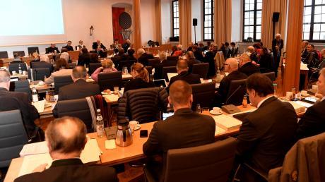 Der Augsburger Stadtrat im Sitzungssaal im Rathaus: Mehr als 600 Personen wollen in diesem Gremium mitreden.