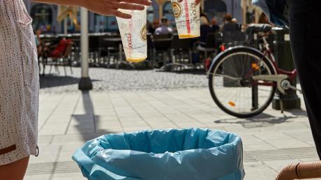 In Augsburg fällt immer mehr Müll an, auch wegen der zahlreichen Einwegverpackungen.
