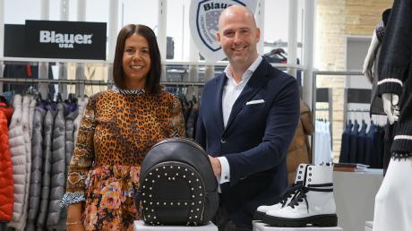Katharina Ferstl von der Inhaberfamilie und Geschäftsführer Marcus Pantke vom Modehaus Jung haben ihr Sortiment erweitert.