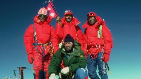 Ein berührender Augenblick: Hermann Warth lässt sich im Jahr 1981 mit drei Sherpas auf dem erstmals bestiegenen Ganesh II (7102 m) in Nepal abbilden (linkes Bild). Auf dem Foto rechts ist Warth (r.) mit Engelbert Neumair bei der Erstbesteigung des Ampato zu sehen.