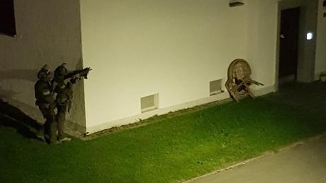 Schwer bewaffnete Spezialkräfte der Polizei rückten an und stürmten die Wohnung des Tatverdächtigen.