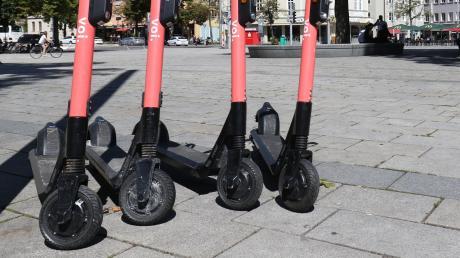 So schön aufgereiht stehen die E-Scooter auch in Augsburg längst nicht immer am Straßenrand. Passanten beschweren sich häufig über wild geparte Roller.
