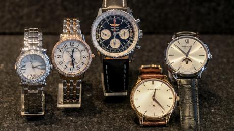 Fünf Männer aus Hessen sollen einen Uhrenhändler in Illerberg überfallen und ausgeraubt haben. Sie erbeuteten Luxus-Uhren und Bargeld im Gesamtwert von knapp 700000 Euro. Dafür sitzen sie nun auf der Anklagebank.
