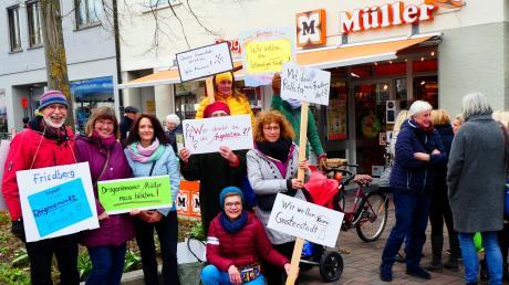 Im April demonstrierten die Kunden für den Erhalt des Drogeriemarktes in der Friedberger Ludwigstraße. Jetzt kommt es auf die Kundenfrequenz an.