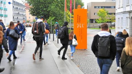 Rund 6700 Studierende  an der Hochschule Augsburg starten aus Vorsorge gegen das Coronavirus später ins Sommersemester. Auch sonst gibt es Auswirkungen.