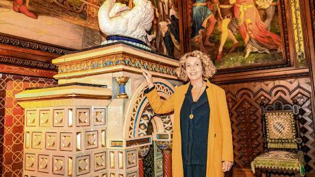 Michaela May und einer von rund 15 Kachelöfen auf Schloss Neuschwanstein, die von ihrem Urgroßvater gefertigt wurden. Gestern wandelte die Schauspielerin im Schloss auf den Spuren ihres Ahnen, des Hafnermeisters Josef Xaver Mittermayr.