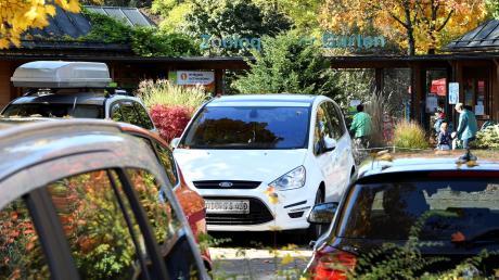 Der Augsburger Tierpark ist so beliebt, dass die Parkplätze an einigen Tagen restlos überfüllt sind.