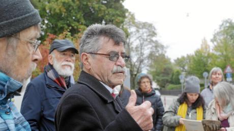 Alfred Hausmann (Mitte) und Michael Friedrichs (links) führten zu Hochzoller Orten, an denen Opfer des Nationalsozialismus gewohnt haben.