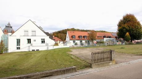 Die Gemeinde Gundremmingen möchte die Erweiterung des Kindergartens gleichzeitig und zusammen mit dem Bau des Mehrgenerationenhauses auf dem südlich angrenzenden Grundstück realisieren. Damit würde zudem eine umlaufende barrierefreie Verbindung von Mehrgenerationenhaus, Kindergarten, Rathaus, Kulturzentrum und Dorfladen geschaffen werden.