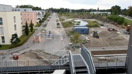 Ein Blick vom Sheridan-Center mit dem Rewe-Supermarkt auf den noch unbebauten Bereich des Sheridan-Areals an der Grenze zu Stadtbergen (rechts der Nestackerweg): Auf diesem Areal sollen 500 Wohnungen entstehen.
