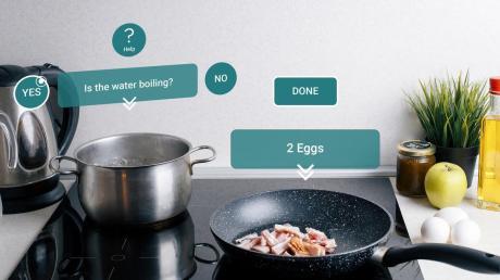 Vivien Bardosis virtueller Kochassistent hilft in einer real existierenden Küche beim Kochen.