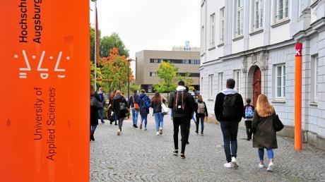 Die Hochschule Augsburg hat bislang rund 6700 Studenten. Wirtschaft und Hochschule wollen nun 2000 zusätzliche Plätze schaffen.
