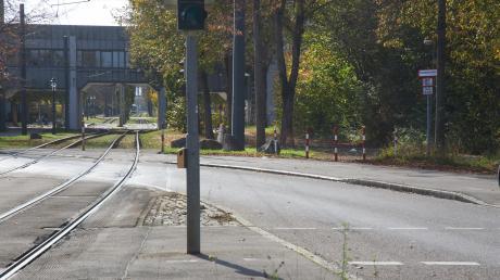 In dieser Kurve an der Uni fuhr das Auto weiter gerade aus und prallte gegen einen Baum.