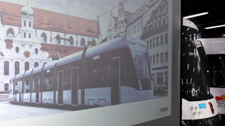 Es handelt sich um eine Projektion: Die Straßenbahn vom Typ Tramlink der Firma Stadler verkehrt auf der Maximilianstraße.