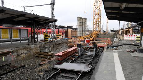 Ein Bild am Dienstagmittag am Augsburger Hauptbahnhof: Die Arbeiten an den Bahngleisen 5 und 6 gehen voran. Nach Stand der Dinge sollen die Gleise dann im April 2020 wieder in Betrieb gehen.