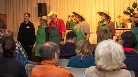 Pia Haertinger und Gregor Lang dankten Imme Heiligendorff (v. li.) vom Staatstheater Augsburg für das, was sie mit den Hochzoller Laien geschaffen hat.