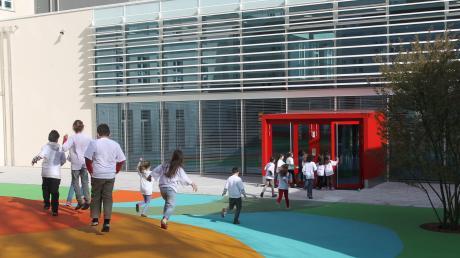 Die Grundschule Kriegshaber in der Ulmer Straße ist schon jetzt die größte Grundschule in Augsburg. Aktuell werden dort 500 Mädchen und Buben unterrichtet. In den nächsten Jahren wird diese Zahl um etwa 50 nach oben gehen.