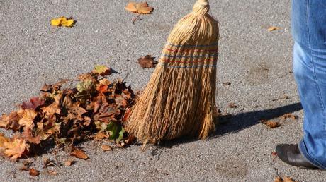 Im Herbst macht das Laub viel Arbeit, im Winter ist Schneeräumen angesagt. In vielen Kommunen haben die Bürger nach wie vor die Pflicht, die Gehwege vor ihrem Haus sauber zu halten. Mancherorts müssen sie aber sogar die Straße bis zur Mitte fegen.