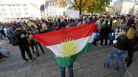 Seit dem Beginn der türkischen Angriffe in Syrien wird in Augsburg immer wieder gegen die Militäroffensive demonstriert.