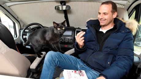 Der Augsburger Christoph Polder und Kater Floki wohnen seit 17 Monaten im Wohnmobil, nach einem Burn-out schreibt er Bücher.