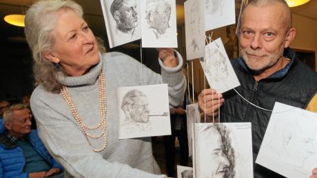 Im Familienarchiv suchte Michaela Willmeroth nach Zeichnungen und Bildern ihres Vaters Luis Weidlich, die bei der Finissage im Holzerbau im Mittelpunkt standen. Jörg Stuttmann las aus der Feldpost, die der Künstler zwischen 1937 und 1944 nach Hause schickte.