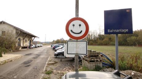 Der Smiley auf dem Verkehrsschild freut sich bereits: Möglicherweise kann der Markt Jettingen-Scheppach schon bald mit der Errichtung eines Park-and-Ride-Parkplatzes südlich des Jettinger Bahnhofs beginnen.