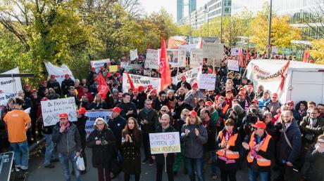 Osram-Beschäftigte haben sich am Montag zu einer Protestaktion vor der Osram-Konzernzentrale in München versammelt.