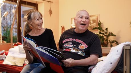 Die Erinnerung an den Ausflug mit dem Wünschewagen zaubert Berthold Meiller ein Lächeln ins Gesicht. Auch seine Frau Gisela Hirscht ist froh, dass ihrem Mann der Wunsch erfüllt wurde.