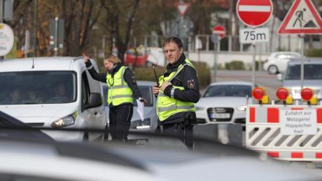 Mitarbeiter des Sicherheitsdienstes  sperren den Verkehr Richtung Zoo. Die Stadt investierte nach Auskunft des Baureferenten 120000 Euro, um die Verkehrsbelastung für die Spickler zu lindern.