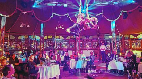 Das Duo Paradise sorgte für eine knisternde Atmosphäre: Mit ihrer sexy Akrobatik zogen sie die Blicke der Besucher auf sich.