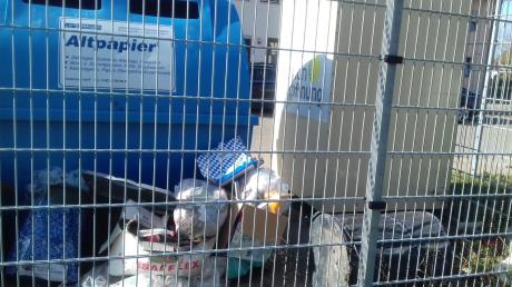 Über Müll hinter den Containern an der Lechstraße in Burgau ärgert sich Lore Bigelmayr. Sie selbst hat dieses Foto gemacht.