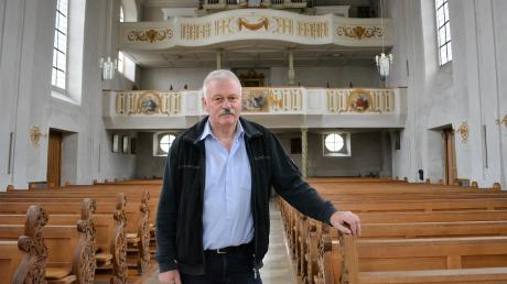 Organisator Anton Engelhart steht in der Wullenstetter Kirche, in der das Christkönigskonzert stattfindet.