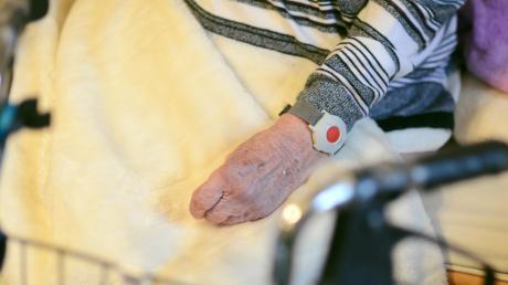 Wer im Alter krank ist und dennoch zu Hause leben will, benötigt oft einen ambulanten Pflegedienst. Das Angebot ist groß. Doch oft ist es schwierig, die richtige Hilfe zu finden.