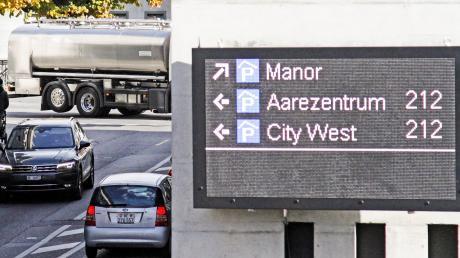 So sehen die LED-Tafeln des neuen Parkleitsystems im schweizerischen Thun aus. Augsburg will sich an der Machart orientieren.