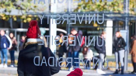 Studentenvertreter der Hochschule Augsburg kritisieren, dass von den vom Freistaat bayernweit über 13.000 zugesagten neuen Studienplätzen zu wenige für Augsburg abfallen.