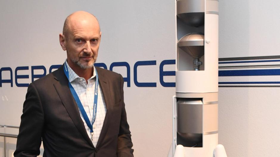 Hans Steininger, Vorsitzender von MT Aerospace,neben der Trägerrakete Ariane 6.