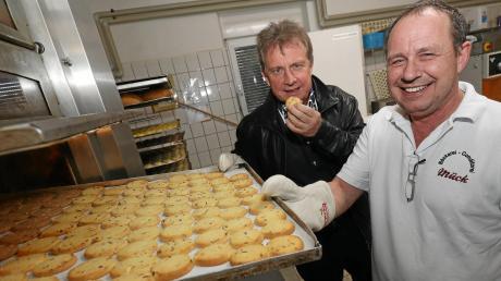 In der Bäckerei Mück in Lechhausen probiert Walter Wölfle vom Vorstand schon einmal die ersten Weihnachtsplätzchen von Meister Peter Mück.