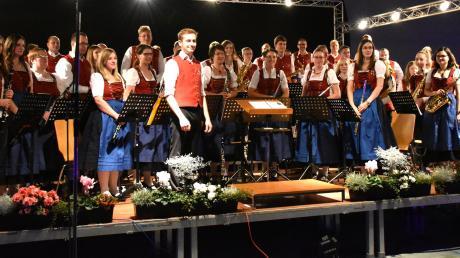 Der neue Dirigent des Musikvereins Donauklang, Tizian Foag, und sein Orchester nahmen am Ende des Herbstkonzerts in der Nordschwabenhalle den Beifall der begeisterten Zuhörer entgegen.