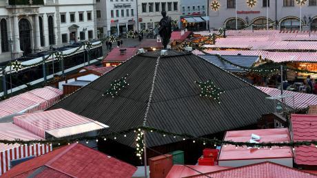 In Augsburg verschwinden die Welterbe-Brunnen in der kalten Jahreszeit unter einem Bretterverschlag. So werden sie vor der Witterung geschützt.
