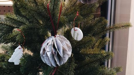 Mit selbst gebasteltem Christbaumschmuck sollen die Allmannshofer ihren sieben Meter hohen Baum in der Ortsmitte schmücken.