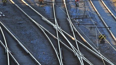 Gleise in Augsburg: Der Weg in die Zukunft des Bahnverkehrs ist zwischen Stadt und Land umstritten. Vor allem in der Frage, wo zwischen Augsburg und Ulm neue Gleise gebaut werden sollen.