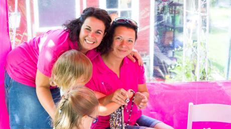 Keine langweiligen Kindergeburtstage mehr: Bianca Schuler (links) aus Merching hat ihre Leidenschaft zum Basteln mit Glitzer zu einer Geschäftsidee gemacht und ihr Start-up gegründet. Fotos: Klunkerstern