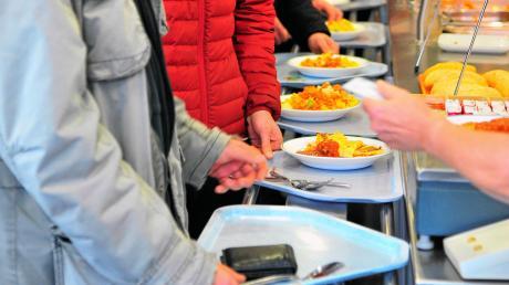 """Der Andrang ist groß beim """"Mittagsfinale"""" in der Cafeteria der Hochschule. Täglich gibt es 15 Minuten Reste-Essen zum Sonderpreis, damit weniger Lebensmittel im Abfall landen."""