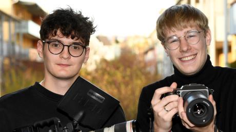 """Zwei junge Augsburger, die mit Werbe-Filmen für große Unternehmen erfolgreich sind: Linus Kirschner (links) und Julius Krebs sind Geschäftsführer von """"Urban & Uncut Studios GmbH""""."""